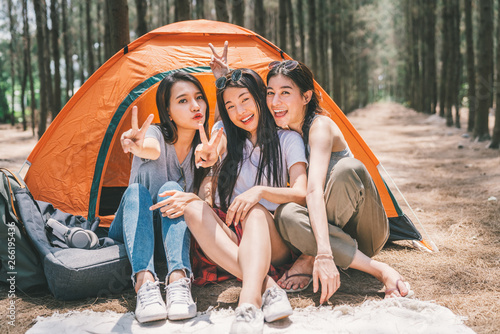 Group of happy Asian teenage girls doing victory pose together, camping by the tent Billede på lærred