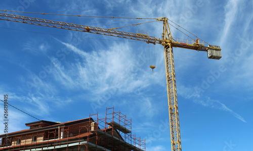 Photo  Cantiere edile in primavera - Gru e ponteggio