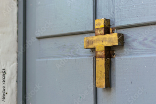 Fotografia, Obraz  Wooden old door with a christian cross