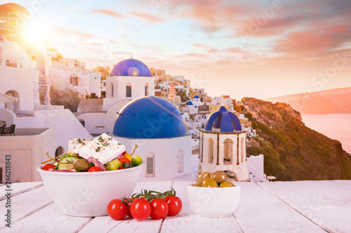 Foto Greek food background. Traditional different greek dishes.