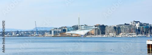 Fotografía  Oslo harbor or harbour at the Aker Brygge neighbourhood in Oslo