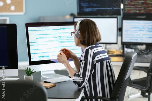 Fotografía  Female programmer working in office