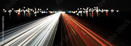 Photo  lichtspuren und stadtlichter auf der autobahn