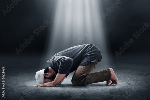 Religious asian muslim man praying Fotobehang