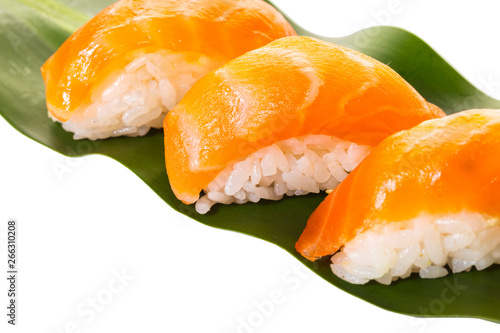 Photo  sushi with salmon on a leaf