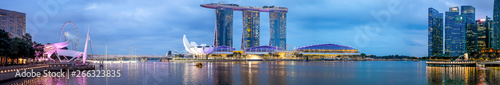 Photo  SINGAPORE-October 14 2018: Panorama of Singapore skyline and river at night