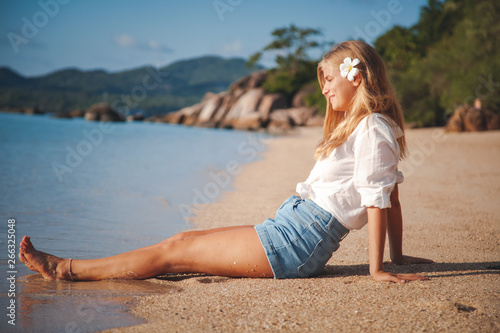 young happy blonde beautiful girl on tropical sea  background, smiling happy gir Canvas-taulu