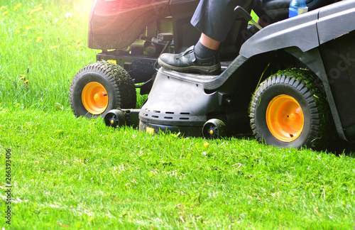 Montage in der Fensternische Lime grun Green grass mowing with lawn mower