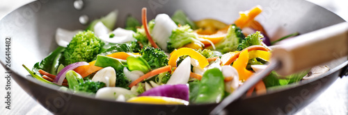 Fotografia vegetarian wok stir fry shot in panoramic composition