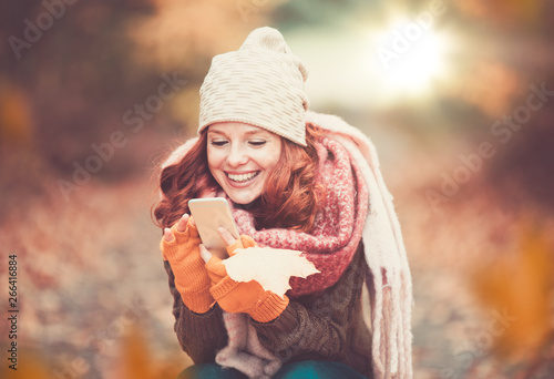 Valokuvatapetti junge rothaarige Frau im Park Landschaft