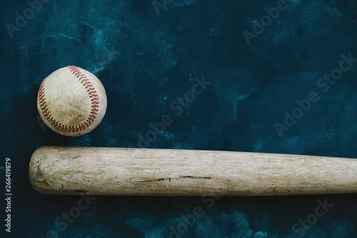 Photo  Baseball background with copy space by old used bat and ball.