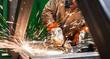 Leinwandbild Motiv Metallarbeiter arbeitet mit den Winkelschleifer