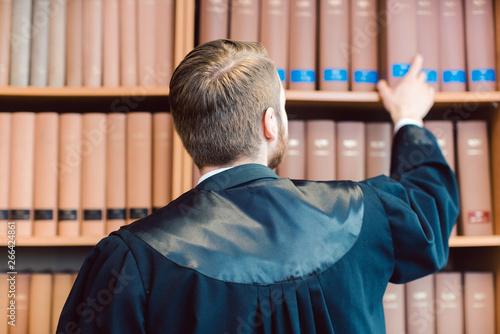 obraz PCV Anwalt mit Robe ist fertig für das Gericht, nimmt aber ein paar Bücher mit