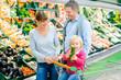Leinwandbild Motiv Familie kauf Obst und Gemüse im Supermarkt