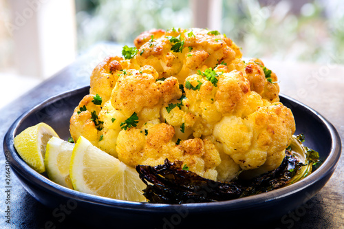 Fotografía  Roasted Whole Cauliflower with Lemon