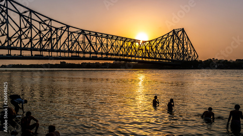 Photo  Silhouette of Howrah Bridge at the time of Sunrise