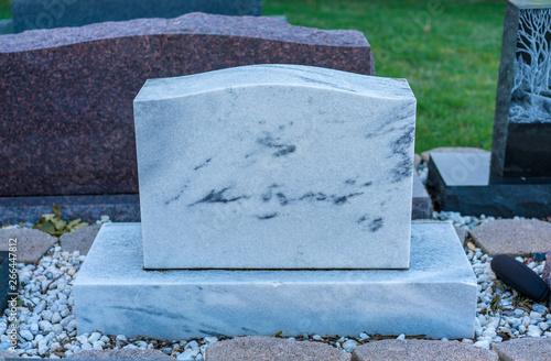 Fotografía Brand new clean memorial gravestone, marble and granite, grave yard
