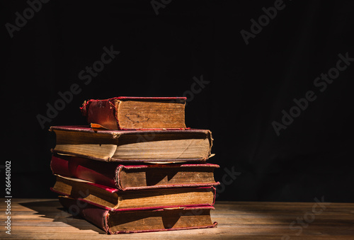 pile of old books on wooden table Fototapet