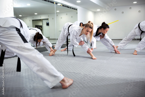 Photo Martial art taekwondo combat fighters stretching and warming up