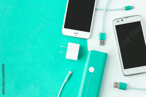 Foto smartphone and USB cable charger with copy space