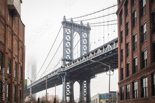 Montage in der Fensternische Brooklyn Bridge View of Dumbo and the Manhattan Bridge in the streets of Brooklyn