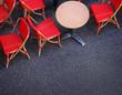 rote Stühle vor einem Bistro