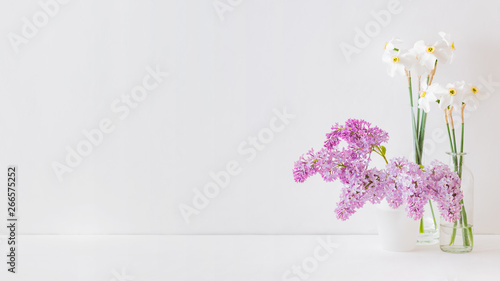 Poster de jardin Lilac Home interior with decor elements. White daffodils in a vase on a white table
