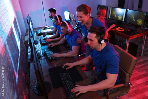Fotomural Young people playing video games on computers indoors