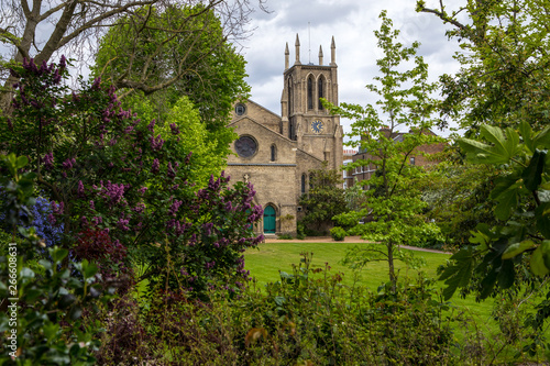 Tuinposter Oude gebouw Sant James Church Norlands in London
