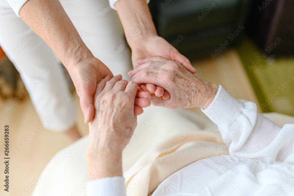Fototapety, obrazy: Rentnerin wird bei den Händen gehalten, Fürsorge im Alter