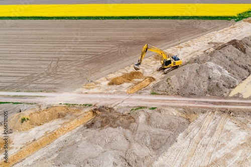 mata magnetyczna Aerial drone view on excavator working on building site