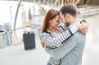 Leinwandbild Motiv Liebespaar umarmt sich glücklich beim Wiedersehen