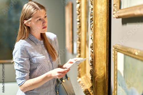 visitor looking pictures in art gallery Fototapete