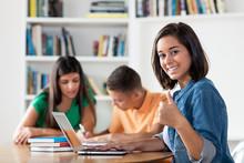 Spanische Studentin Freut Sich über Gute Klausur