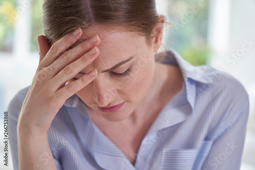 Photo Sad Young Woman Suffering From Depression With Head In Hands