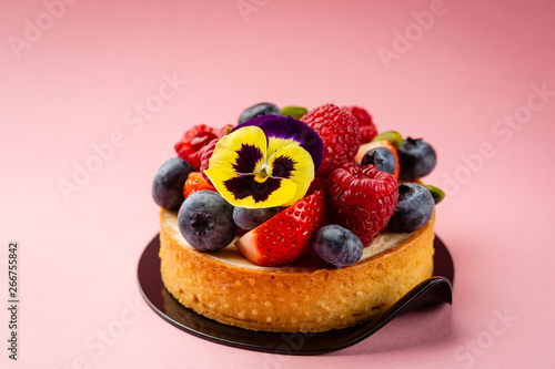 Poster de jardin Inde Mini tart with fresh berries on pink