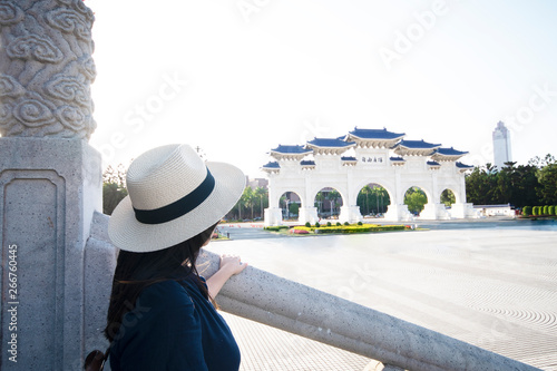 Foto  Woman is travel inside Chiang Kai Shek memorial Hall in Taipei, Taiwan