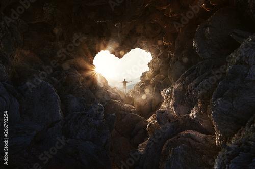 Obraz na płótnie Mann steht an herzförmiger Öffnung einer Höhle und breitet Arme aus