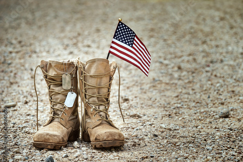 Old military combat boots with dog tags and a small American flag Billede på lærred