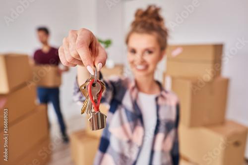 Fototapeta Woman's hand showing keys from new apartment obraz