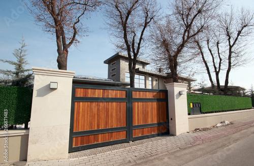 Fotografía automatic wooden entry door