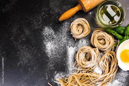 Photo Raw uncooked homemade pasta ingredients, border background