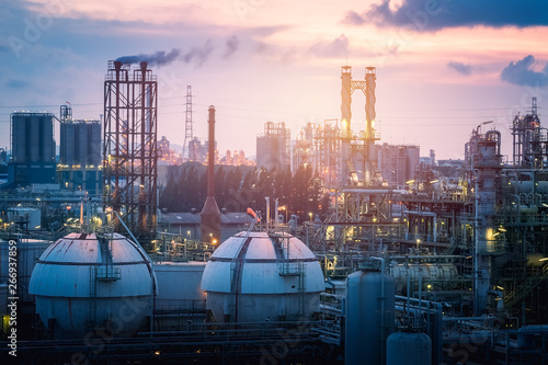 Fotografía  Gas storage sphere tanks in petrochemical industry or oil and gas refinery plant