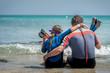 tata z córką odpoczywają na plaży po nurkowaniu w morzu