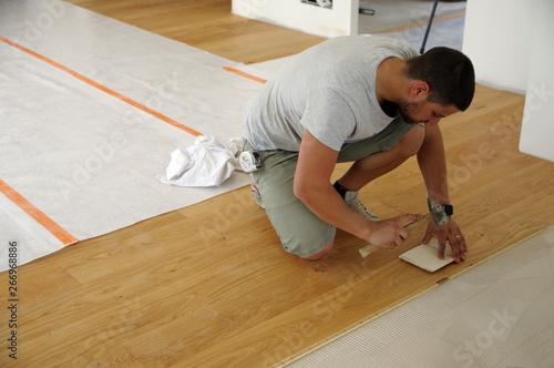 Obraz pose d'un parquet collé - fototapety do salonu