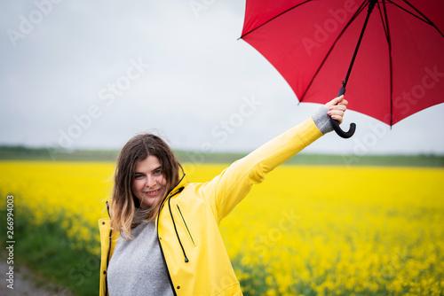 Fotografie, Obraz  Junge Frau tanzt glücklich im Regen