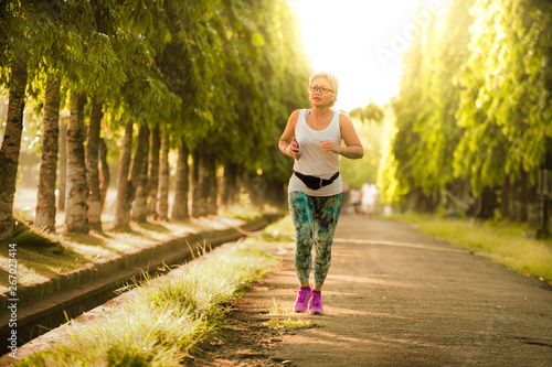 middle aged 40s or 50s happy and attractive woman with grey hair training at cit Tableau sur Toile