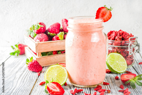 Fototapety, obrazy: Strawberry and goji smoothie
