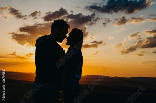 Silhouette of a couple in love at sunset Fototapeta