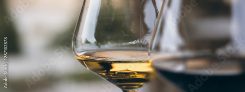 Foto Glass of Chardonnay White Wine Close Up